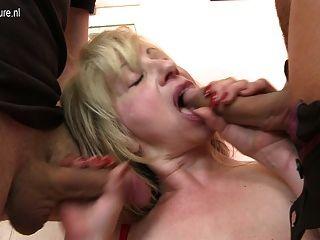 Sexy madura mamãe fodida por dois meninos de uma só vez