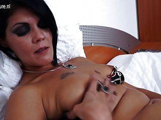Mamãe slut maduro masturbando em sua cama
