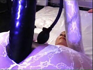 Grande dildo em catsuit