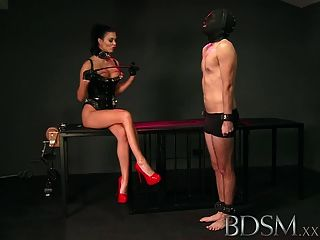 Bdsm xxx escravo garoto licks mistresses cuspir do chão gaiola