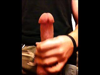 Perfeito jovem galo cumming tiro grande carga no banheiro