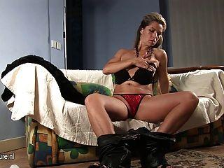 Milf europeu quente jogando com seu corpo lindo