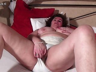Mamã holandesa grande que joga com seu bichano peludo