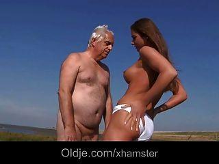 Big titty adolescente fodendo mais velho na praia