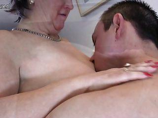 Mamãe madura velha fode e suga seu menino novo