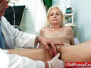 Skinny hirsute granny mulher tratamento médico
