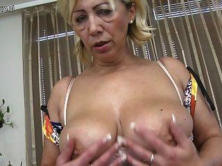 Mãe madura impressionante com vagina com fome