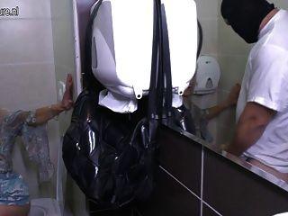 Madura pervertida dona de casa fodida em um banheiro