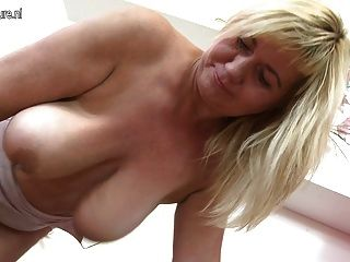 Linda mãe madura agita grandes mamas saggy e buceta