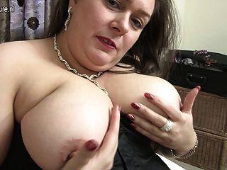 Dona de casa inglesa grande adora brincar consigo mesma