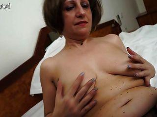 Mãe amadora quente de 2 brincando com sua buceta molhada