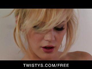 Twistys sexy loira tit natural joga com seu vibrador