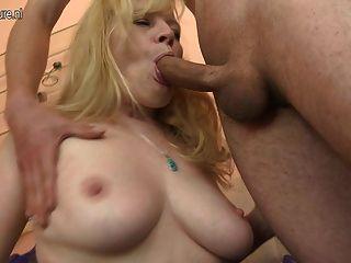 Mãe amadora quente sendo fodida duramente pelo menino novo