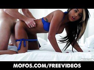 Grande booty latina é oleada e fodido em seu quarto de hotel