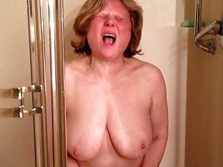 Marie cums soooo difícil no chuveiro