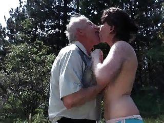 Velho vovô fode jovens puta ao ar livre