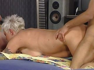 Blonde shorthair tattoo bbw goddess fodido por 2 guys