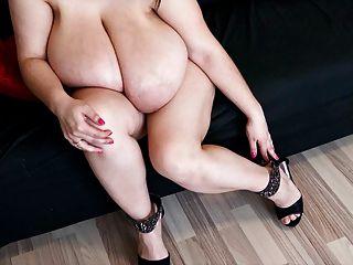 Alice 85jj peitos grandes e pés sexy em saltos altos