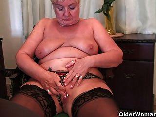 Granny figura cheia se masturba com um vibrador