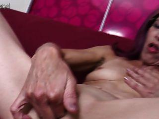 Skinny granny dedilhando sua bunda e buceta
