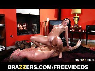 Adolescente morena adulta recebe uma foda áspera de seu massagista sujo