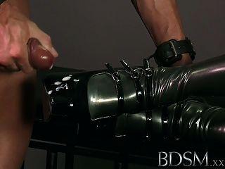 Bdsm xxx encapuzados escravos são postos à prova