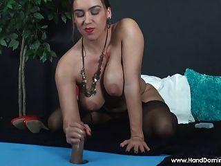 Amazon girl domina indefect cock durante femdom handjob