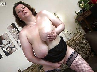 Mãe com boobs enormes que jogam com herself