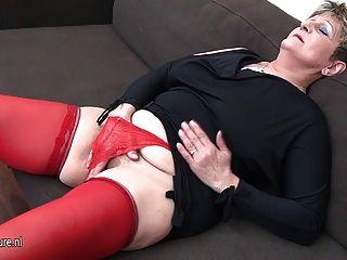 Naughty dona de casa empurrão fora no sofá