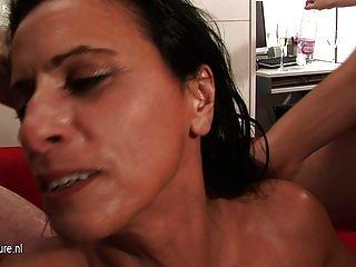 Mamãe madura kinky slut fica gang batido duro e longo