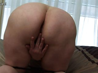 Mamã grande que joga com sua vagina molhada velha