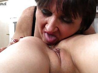 Velha mãe fode sua jovem lésbica