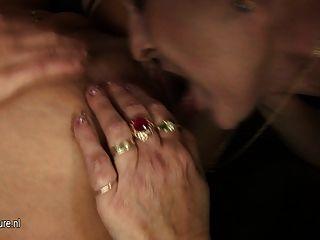 Duas babes quentes fodem uma mãe madura córnea
