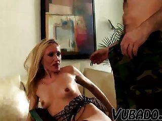 Velha esposa sendo fodida por seu marido mais jovem !!