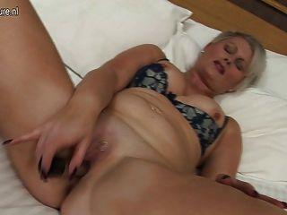 Linda mãe britânica trabalha seu velho pussy duro
