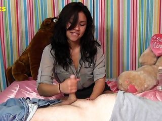 Latina teen dá primeiro handjob