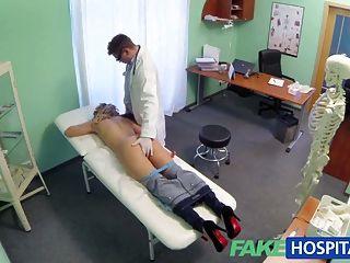 Médico do hospital falso oferece loira um desconto em novos peitos
