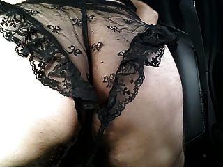 Crossdressed em renda preta lingerie cum no carro