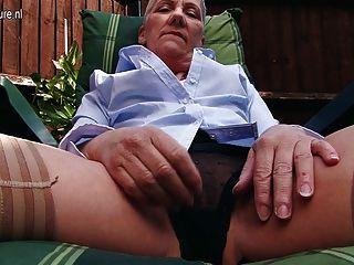 Senhora madura britânico impertinente masturbando-se no jardim