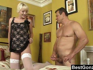 Esposa em uma viagem, hora de foder a empregada doméstica