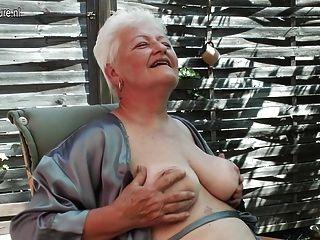 Granny fumando e digitando sua velha boceta