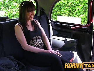 Mulher casada hornytaxi leva uma boa fodendo duro