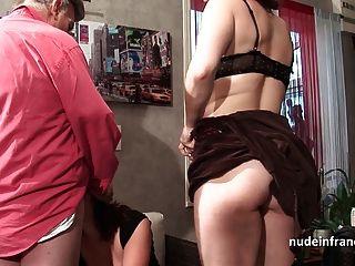 Duas putas amadoras compartilhando um velho pau