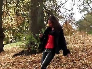 Menina quente andando em leatherfetish panty, corset \u0026 botas vermelhas