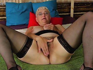 Avó amadora provocando sua vagina peluda