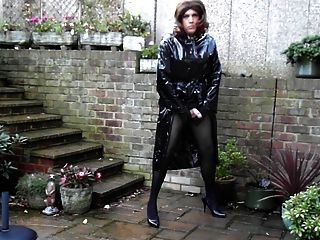 Sext tranny fora wanking em pvc chuva casaco e mini saia