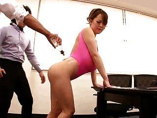 Asiático com incríveis mamas gigantes