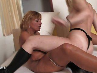 Teeny lésbica recebe lições de seu amante maduro
