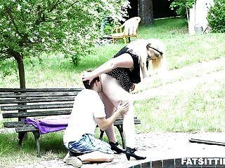 Bbw usando seu burro maciço para sufocar seu rosto escravo
