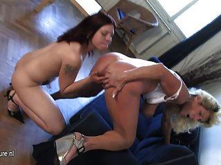 Dona de casa córnea brincando com uma filha adolescente quente
